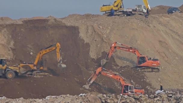 Čína-září 08, 2016:Excavator pracovní  dumper truck na staveništi.
