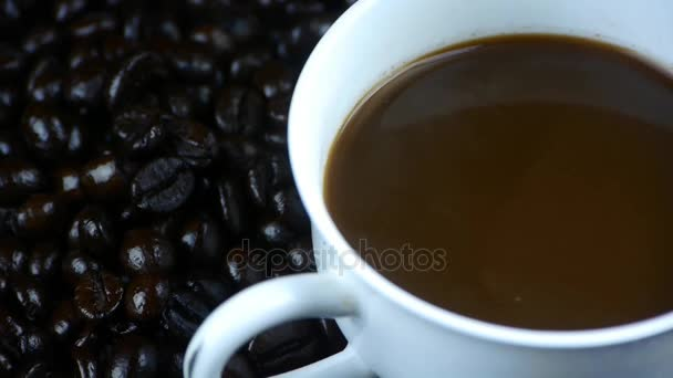 nalévá mléko do šálku kávy  kávové zrna pozadí, pohled shora