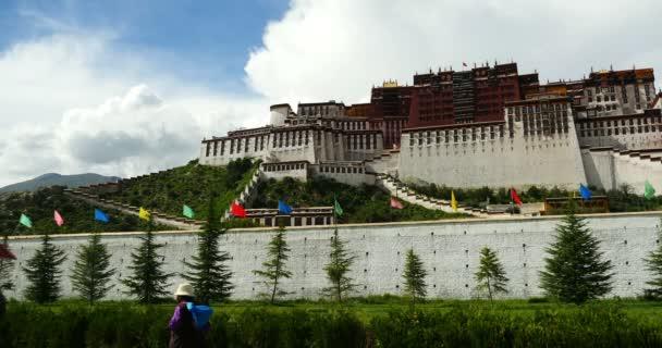 Čína-září 08, 2016:4 k tibetským lidem pouť Potala v Lhasa,Tibet.white opuchlé cloud masové flyin