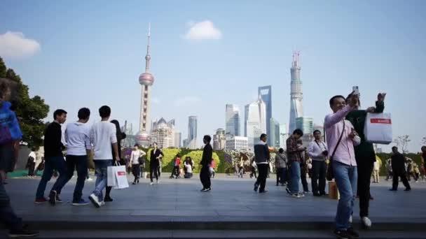 Čína-Aug 08, 2016:tourist turné Huangpu River, Shanghai lujiazui obchodní budova.
