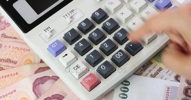 4 k Bát pénzt  üzletember a kalkulátor számítása, a nő számít profit.
