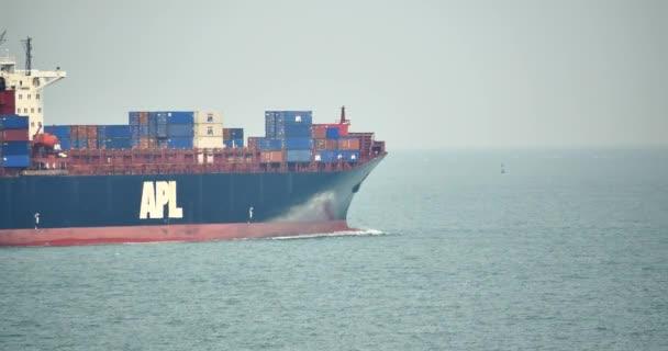Čína-duben 08, 2017:4 k nákladní kontejnerová loď v oceánu.