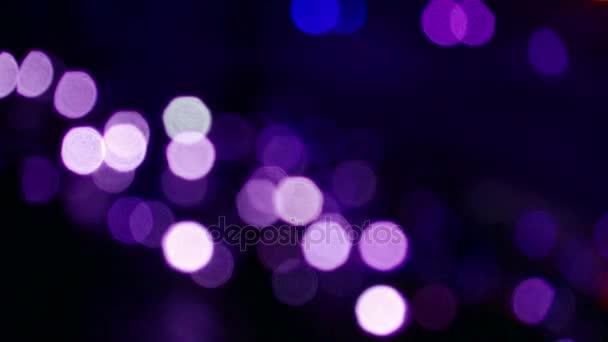 třes fialové osvětlení v noci.