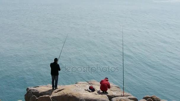 Čína-duben 08, 2017:Man rybaření na útesu.