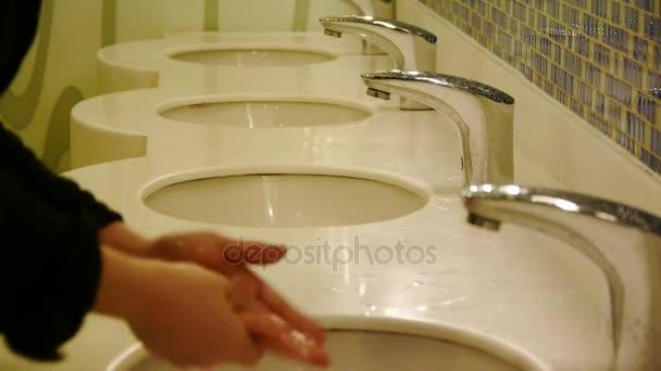 Umyjte si ruce na luxusní kohoutky toalety