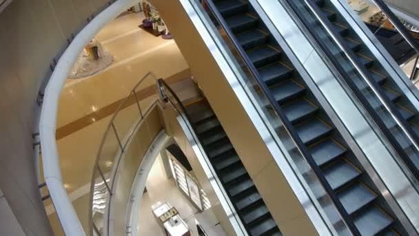 Čína-září 08, 2017:Escalator v nákupní centrum