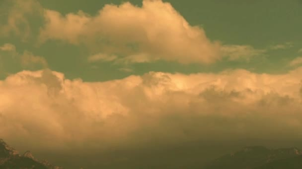 Felhők domb  hegy tetején.