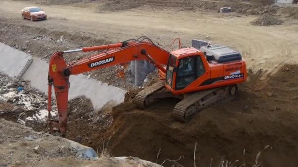 Čína-září 08, 2017:excavator pracovní  dumper truck na staveništi.