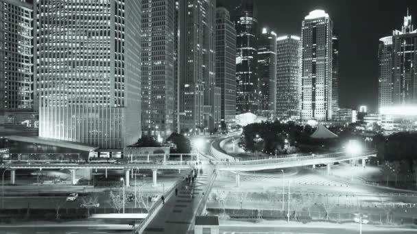 Időközű, városi közlekedési  éjjel, gyorsan mozgó ember sziluettje a felhőkarcoló.