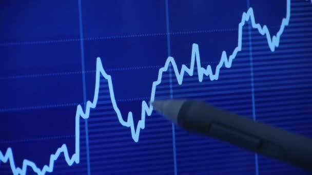 Geschäftsmann benutzt Pen Touch Börsendiagramm auf Computerbildschirm.