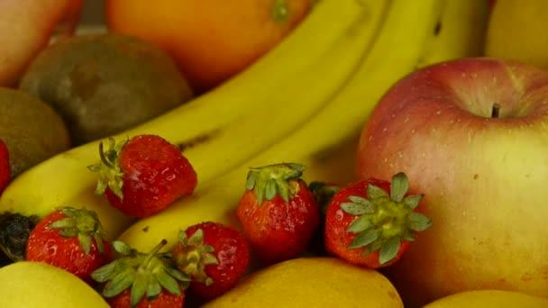 Ízletes gyümölcsöt lemez forgatás.