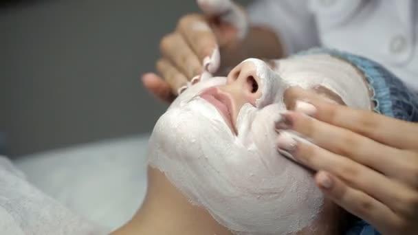 Masáž klientovi přesahuje masku obličeje kosmetolog