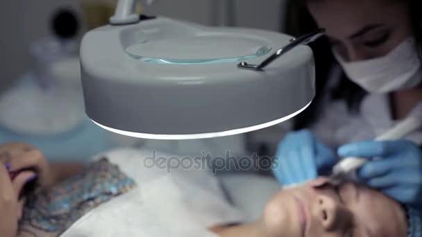 Na klinice kosmetička provede klient mechanické čištění obličeje