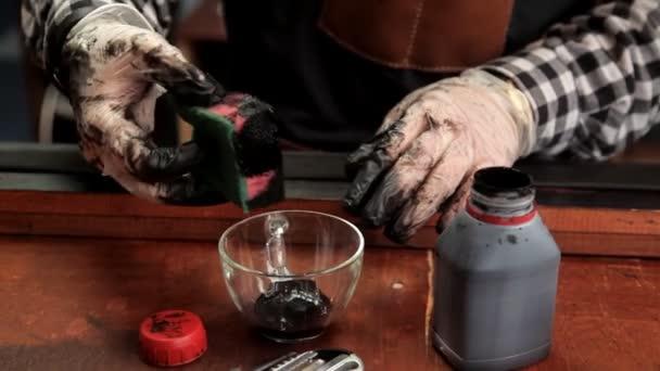V dílně specialista barvy pás v černé barvě. Postup pro výrobu kožené opasky