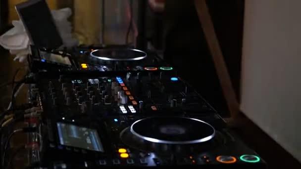 DJ ellenőrzés zenei konzol és a színes fény nightclub. DJ mixer lejátszó és hangkonzol a disco Party. A lemezlovas panel és a keverőfedélzet színes megvilágítású