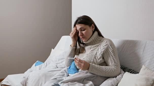 Mädchen überprüft Temperatur mit einem Thermometer. Erkältung, Krankheit. Konzept der Gesundheitsfürsorge und medizinischen Versorgung