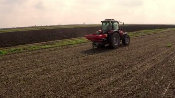 Traktor plowing mező. A betakarítás. Légifelvételek.