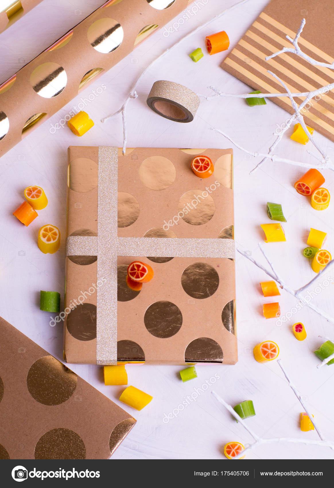 geschenke für freunde und verwandte machen collage aus packpapier