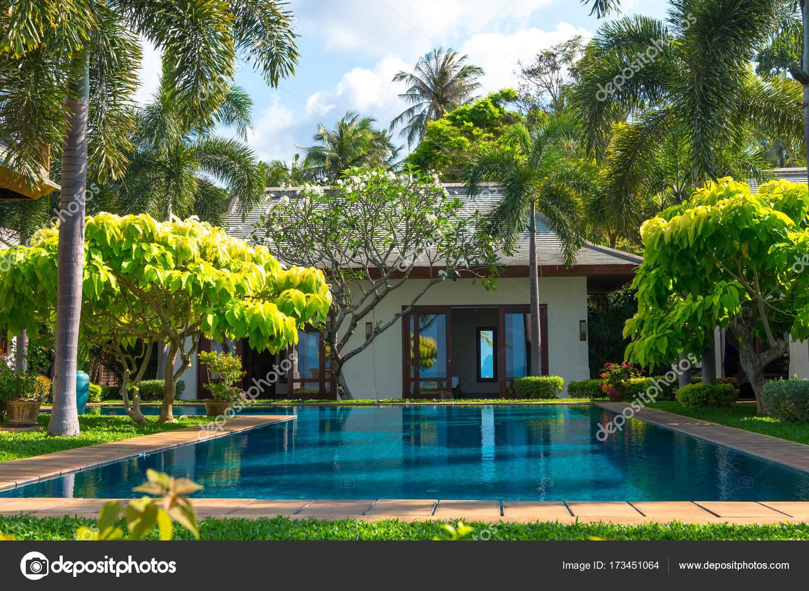 Garten Luxus schwimmbad und garten luxus-villa, samui, thailand — redaktionelles