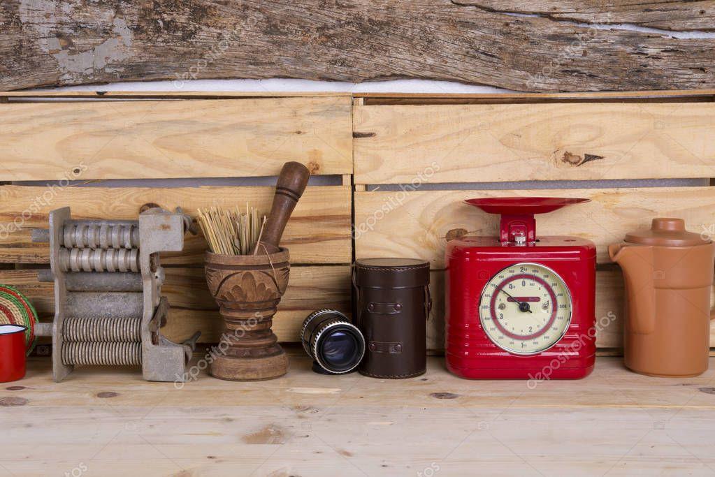 Antiguos utensilios de cocina con fondo de madera foto for Utensilios de cocina antiguos con nombres