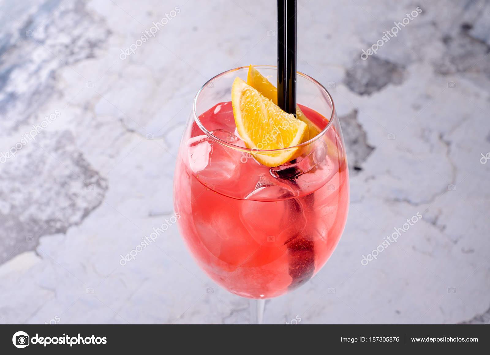 klassische italienische aperol spritz cocktail bestehend aus prosecco aperitif und sodawasser. Black Bedroom Furniture Sets. Home Design Ideas
