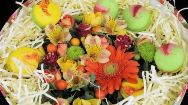 Világos csokor virágot és a közeli macaroon díszdobozban