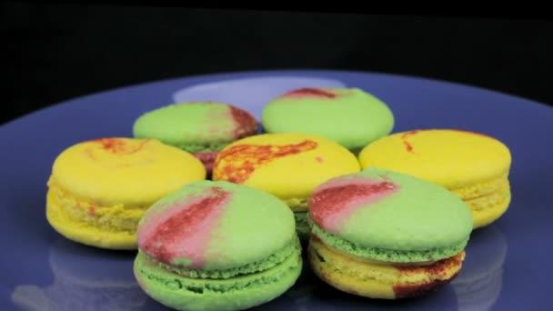 Žluté a zelené makronky na talíři