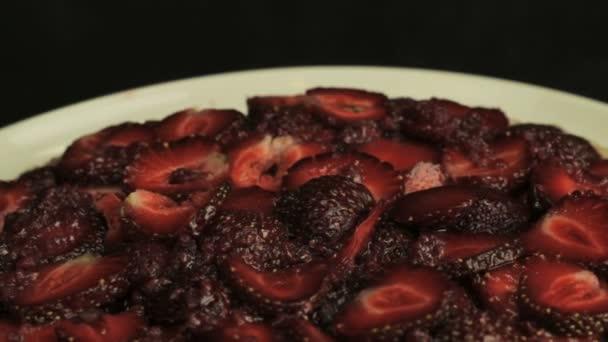 Červené nakrájené jahody v malinový džem, otáčí proti směru hodinových ručiček