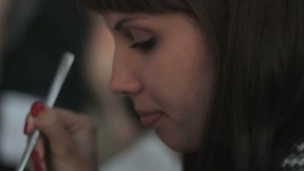 attraktive Frau beim Essen eines Dessertlöffels im Restaurant, Nahaufnahme