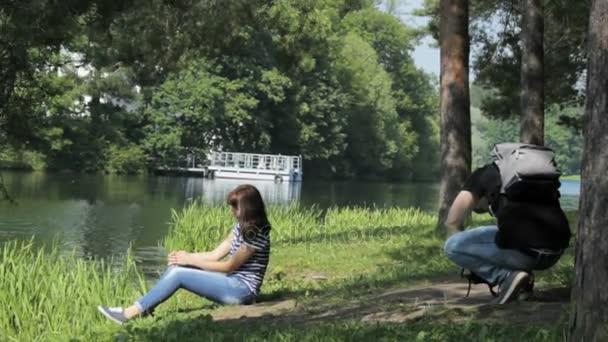 Muž fotografoval dívka v parku Catherine