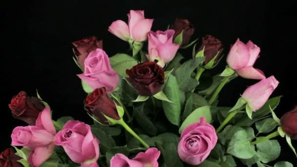 Rotující kytice růžové a tmavě rudých růží