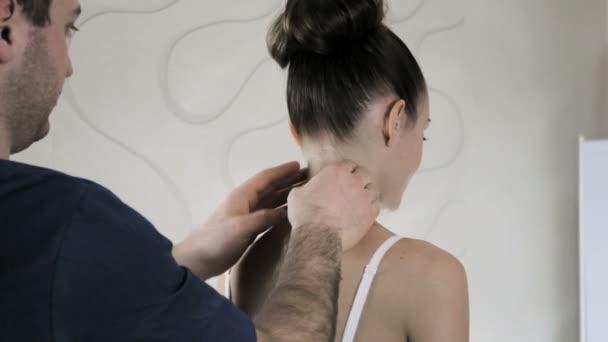 Arzt manuelle Therapeut tastet Patienten Nacken und Wirbelsäule Mädchen