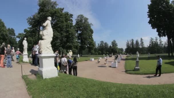 Carskoje Selo Puškin, Petrohrad, Rusko - červenec 1, 2016: Hmotnost fotografie poblíž socha v parku, Carskoje Selo Puškin, Saint Petersburg