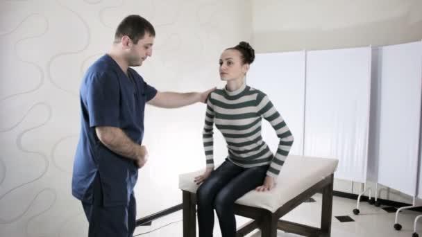 Arzt Chiropraktiker tastet Patienten Wirbelsäule Mädchen