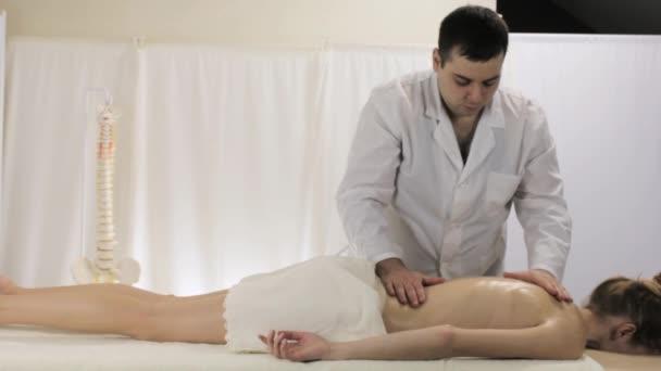 Молодая девушка на массаже видео девушке предложить массаж