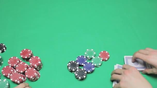 Distribuce hrací karty, zelený stůl poker hry
