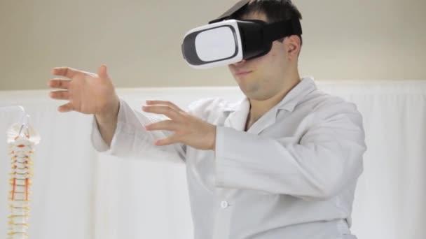 Óculos de realidade virtual no hospital, o médico trabalha na medicina virtual  simulador — Vídeo b026e6a84a