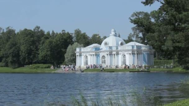 Pavilonu Grotto na břehu velkého rybníka Catherine Park, Carskoje Selo Puškin, Petrohrad