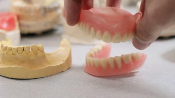 Prüfung von Zahnersatz im Dentallabor