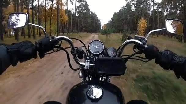Motorkář jezdí po lesní cestě na motocykl chopper Zpomalený pohyb