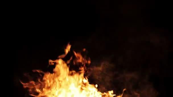 Skutečný oheň s kouře na černém pozadí