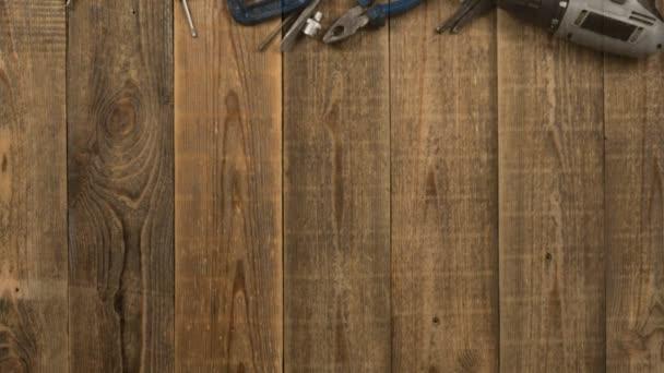 Egy otthoni eszköz jelenik meg egy fa asztalon, logó intro animáció stop motion