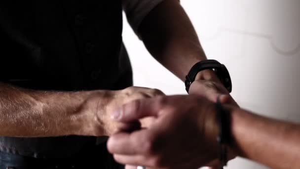 The handcuffs are removed from the hands opening them with a key