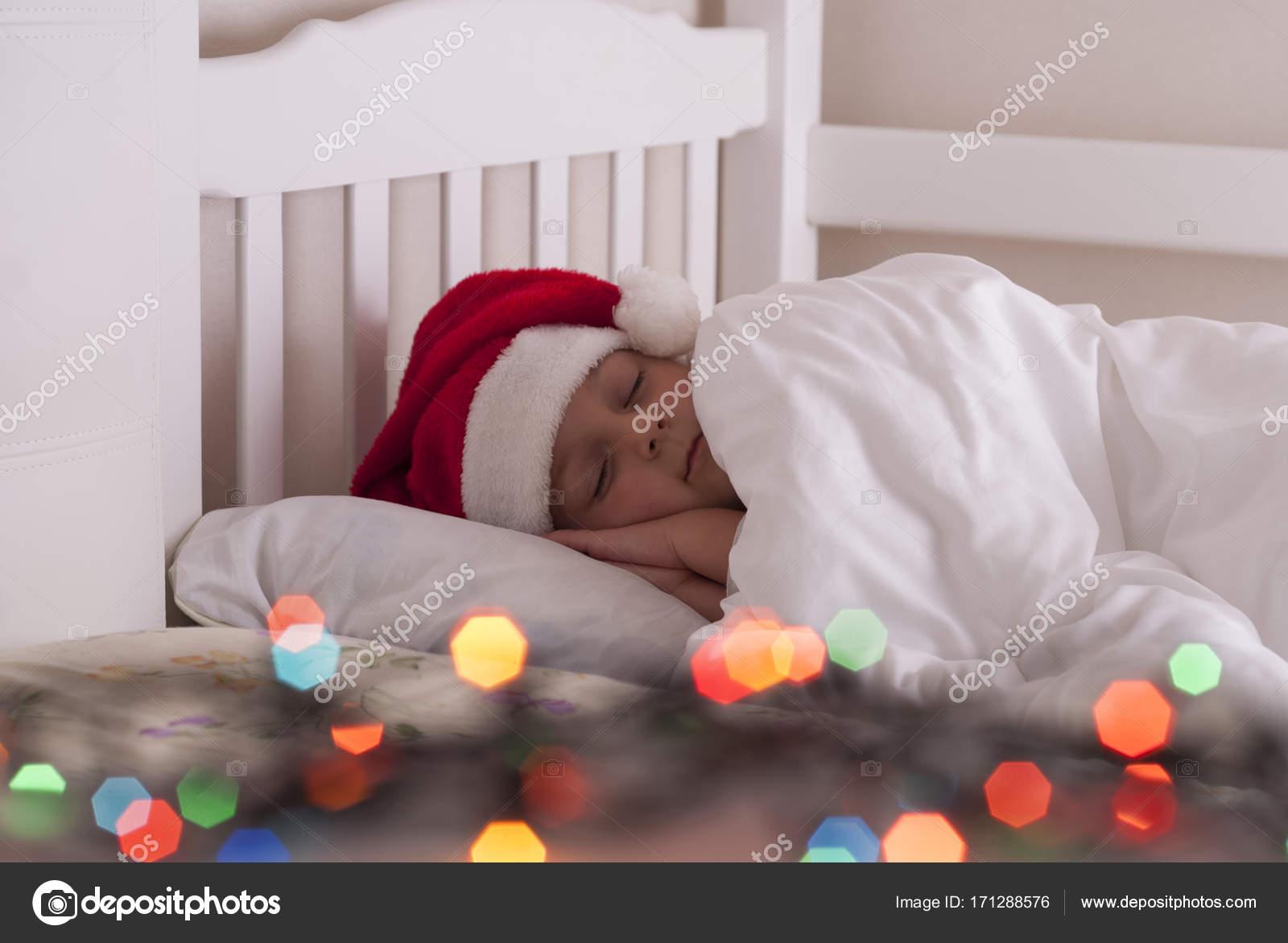 jeune fille au bonnet sur le lit photographie mkuchina 171288576. Black Bedroom Furniture Sets. Home Design Ideas