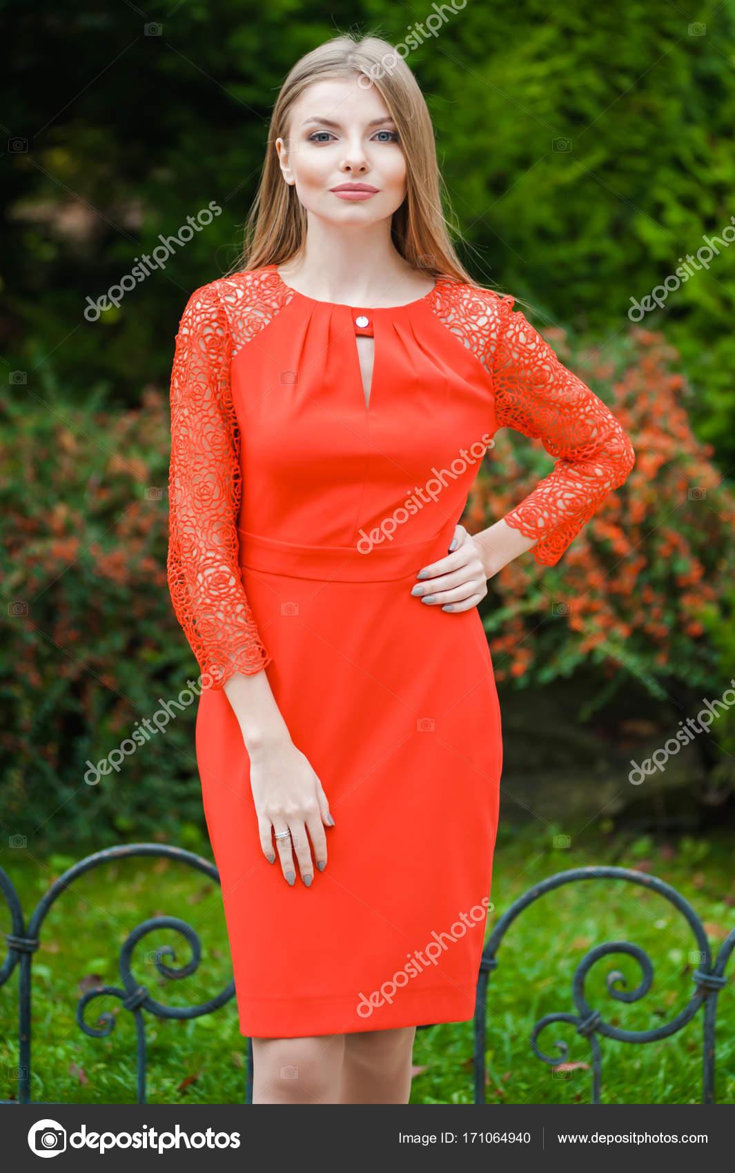 schöne Mädchen in kurzen roten Kleid — Stockfoto © alipko #171064940