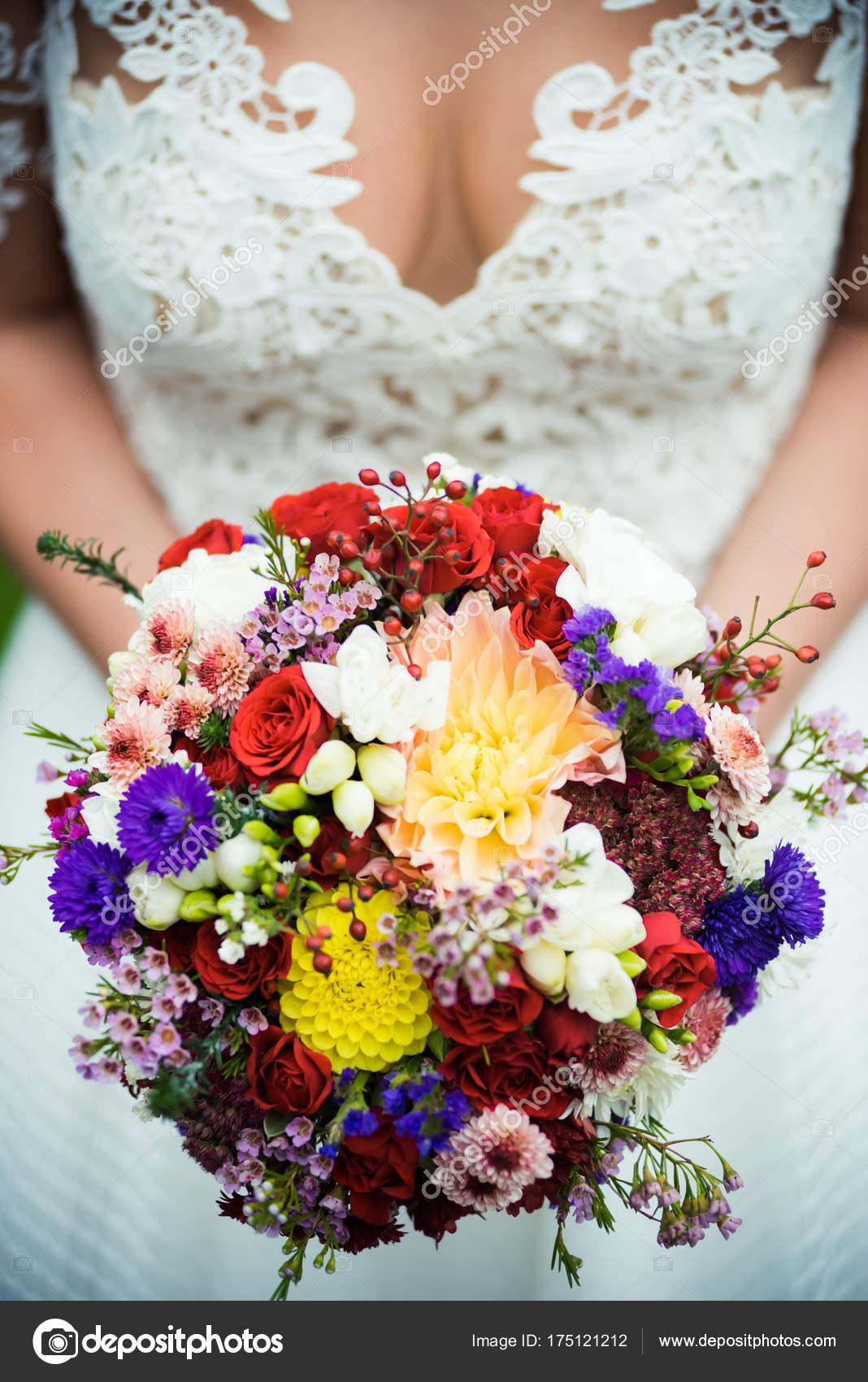 Schone Braut Mit Hochzeitsstrauss Stockfoto C Alipko 175121212