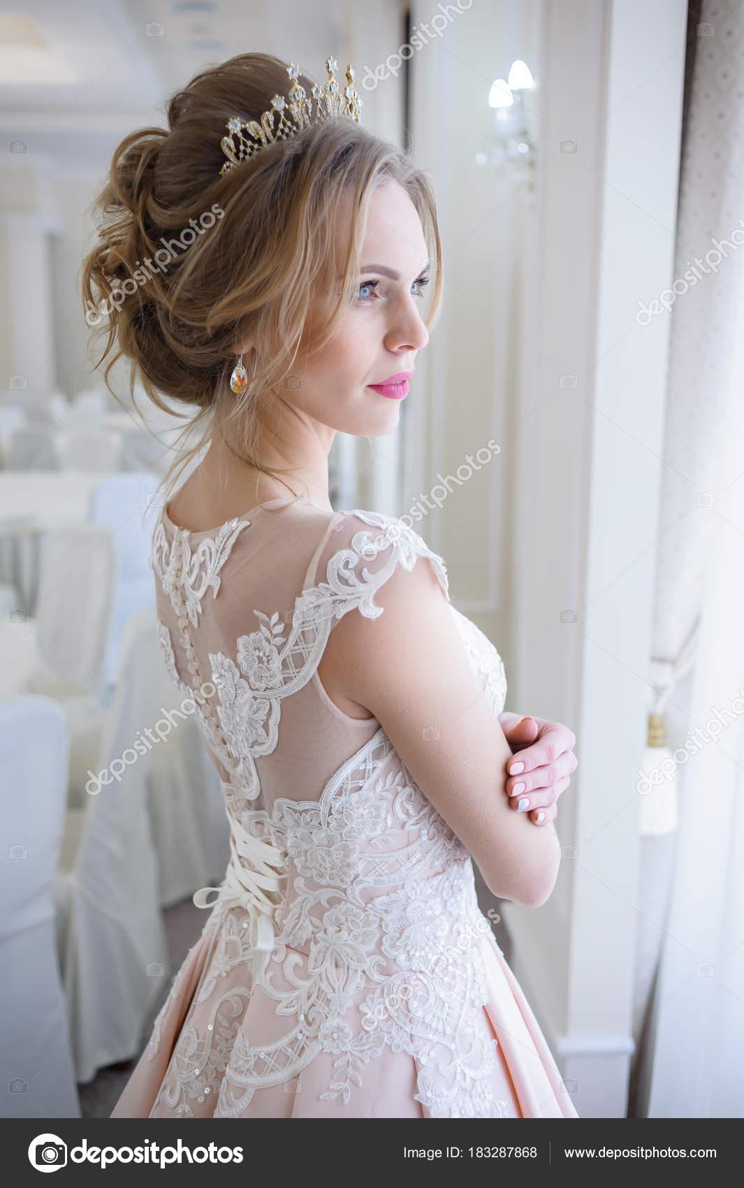 Gyönyörű menyasszony menyasszonyi ruha közelében ablak portré– stock kép 3144355901