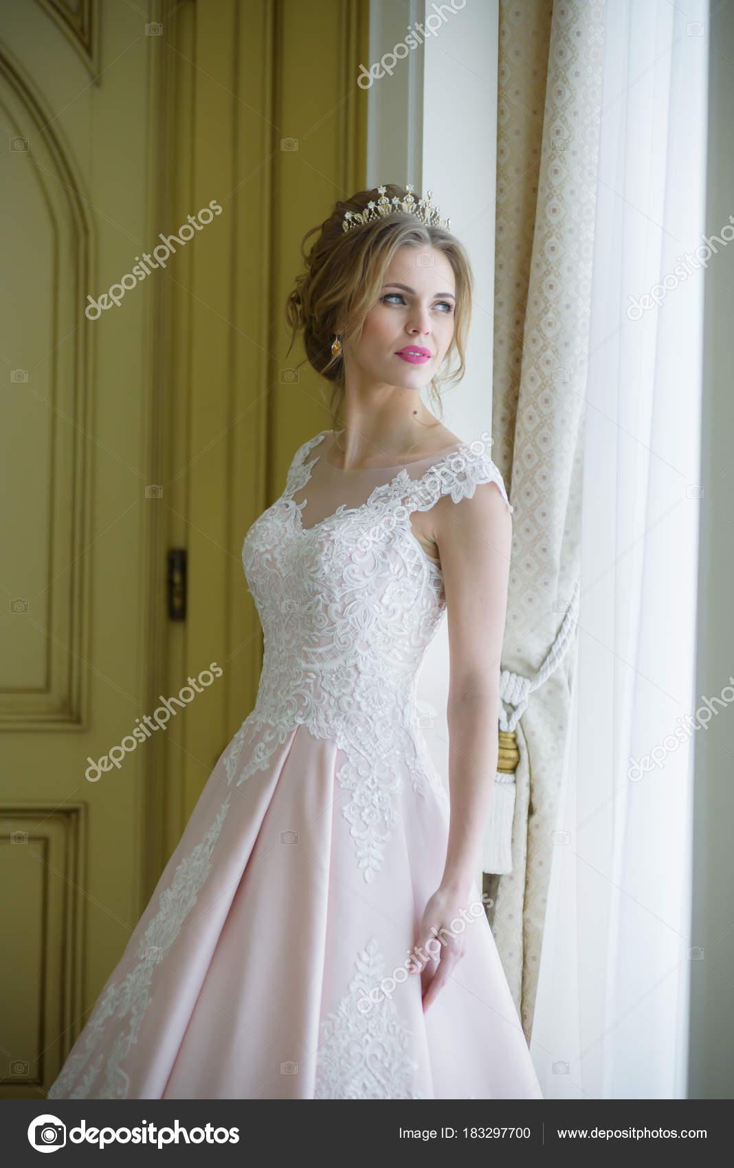 Schöne Braut Hochzeit Kleid Weiß Innen — Stockfoto © alipko #183297700