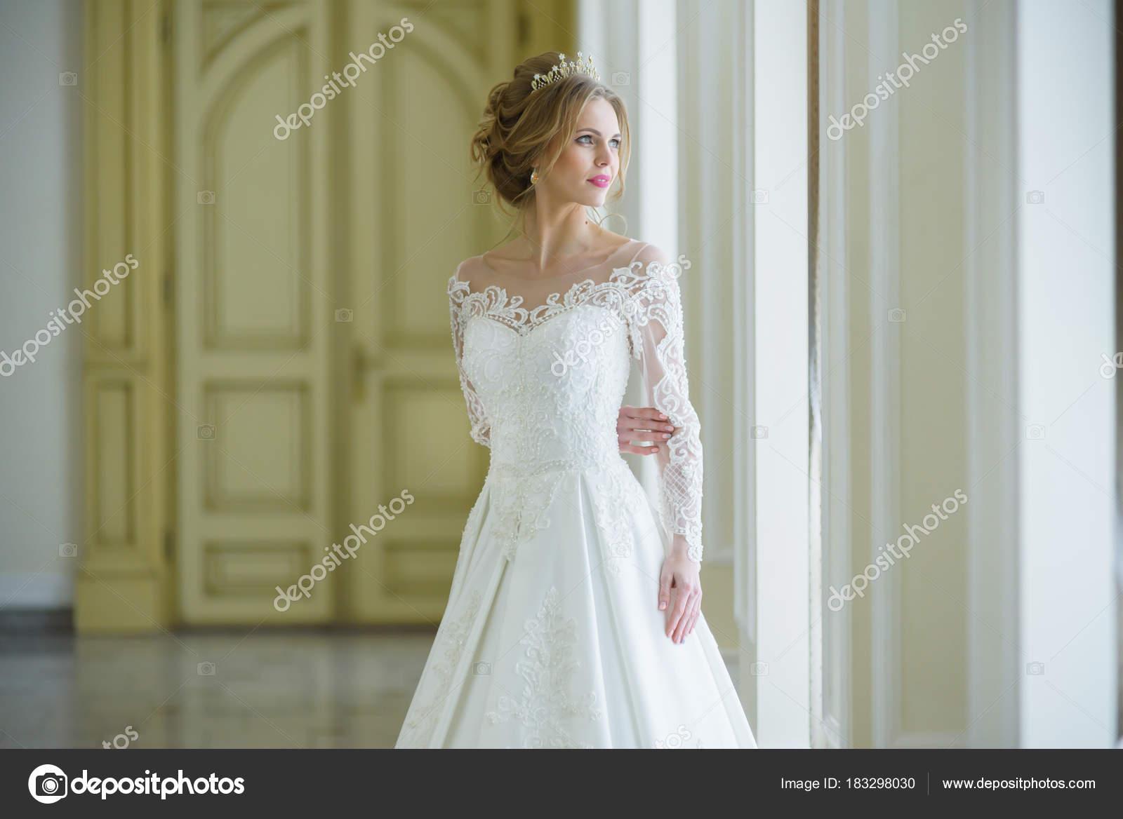Schöne Braut Hochzeit Kleid Weiß Innen — Stockfoto © alipko #183298030