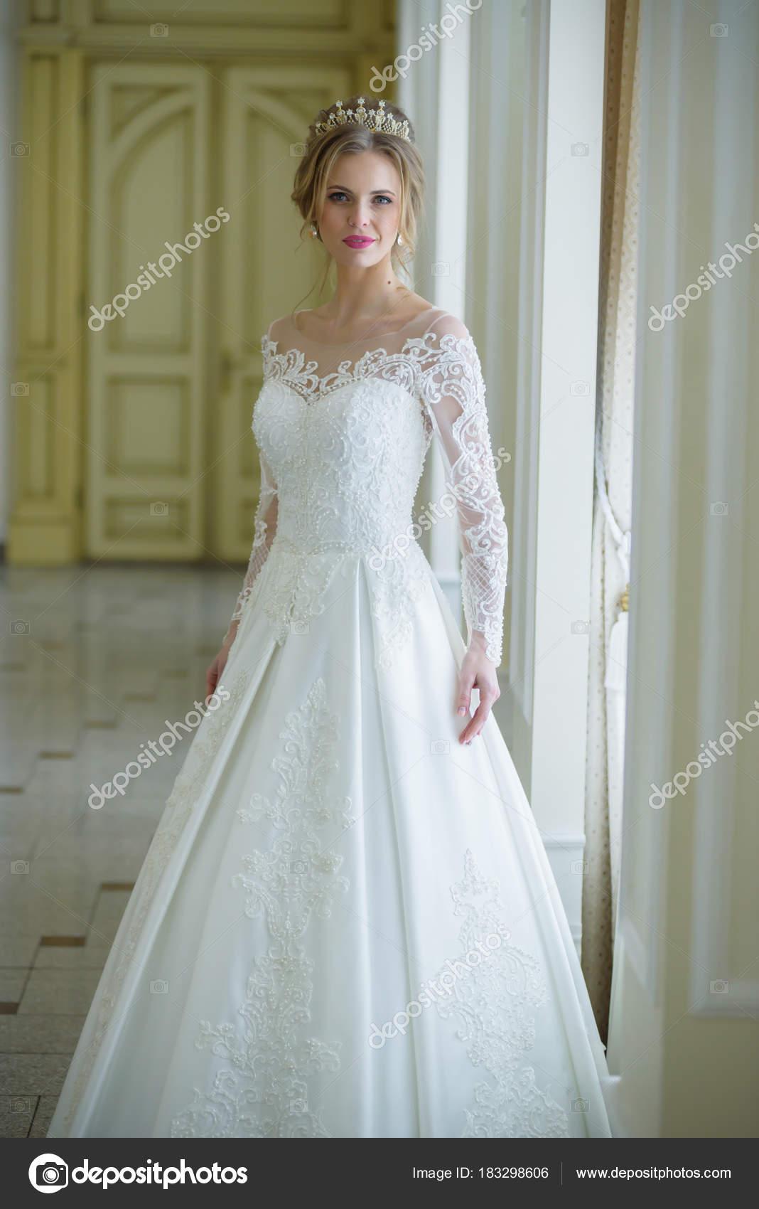 ed85df93dd5 Belle Mariée Dans Intérieur Robe Blanche Mariage– images de stock libres de  droits